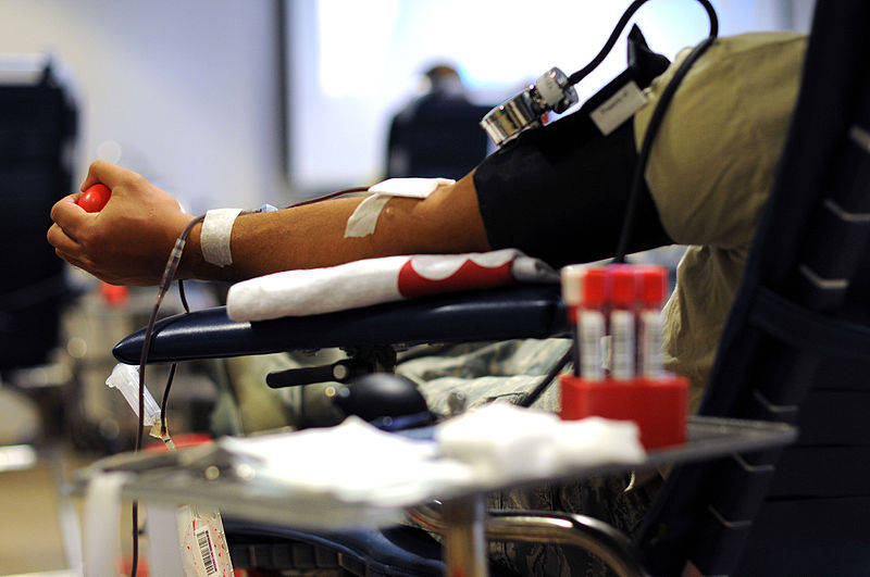 800px-NJ_ANG_Airmen_donate_blood,_give_back_to_the_community_150829-Z-IM486-015